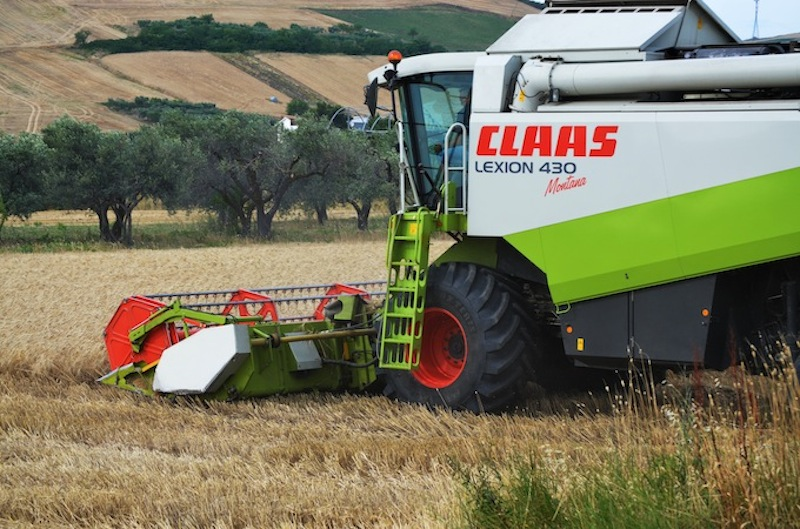 Combine Harvesters: axial vs. hybrid technology 2